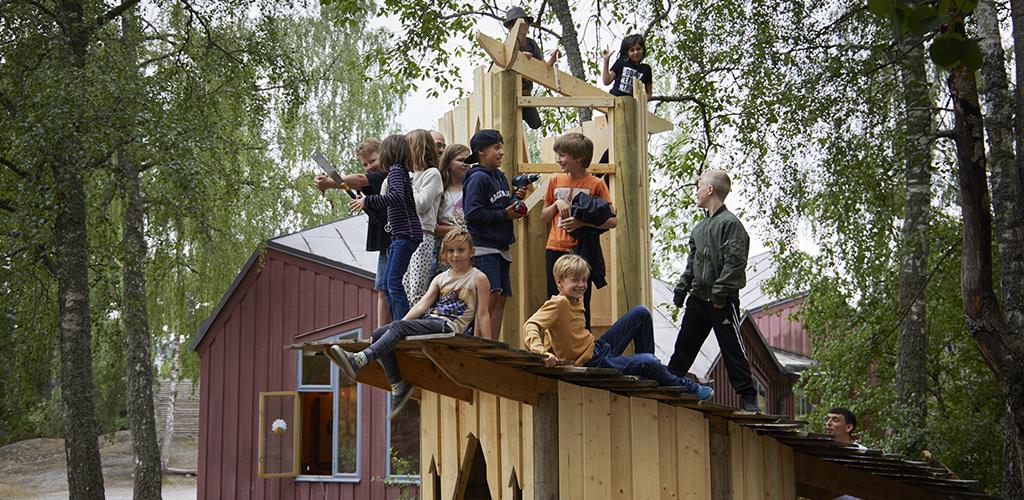 Klassen bygger ofta ett litet hus eller en hydda tillsammans. Foto: Erik Olsson